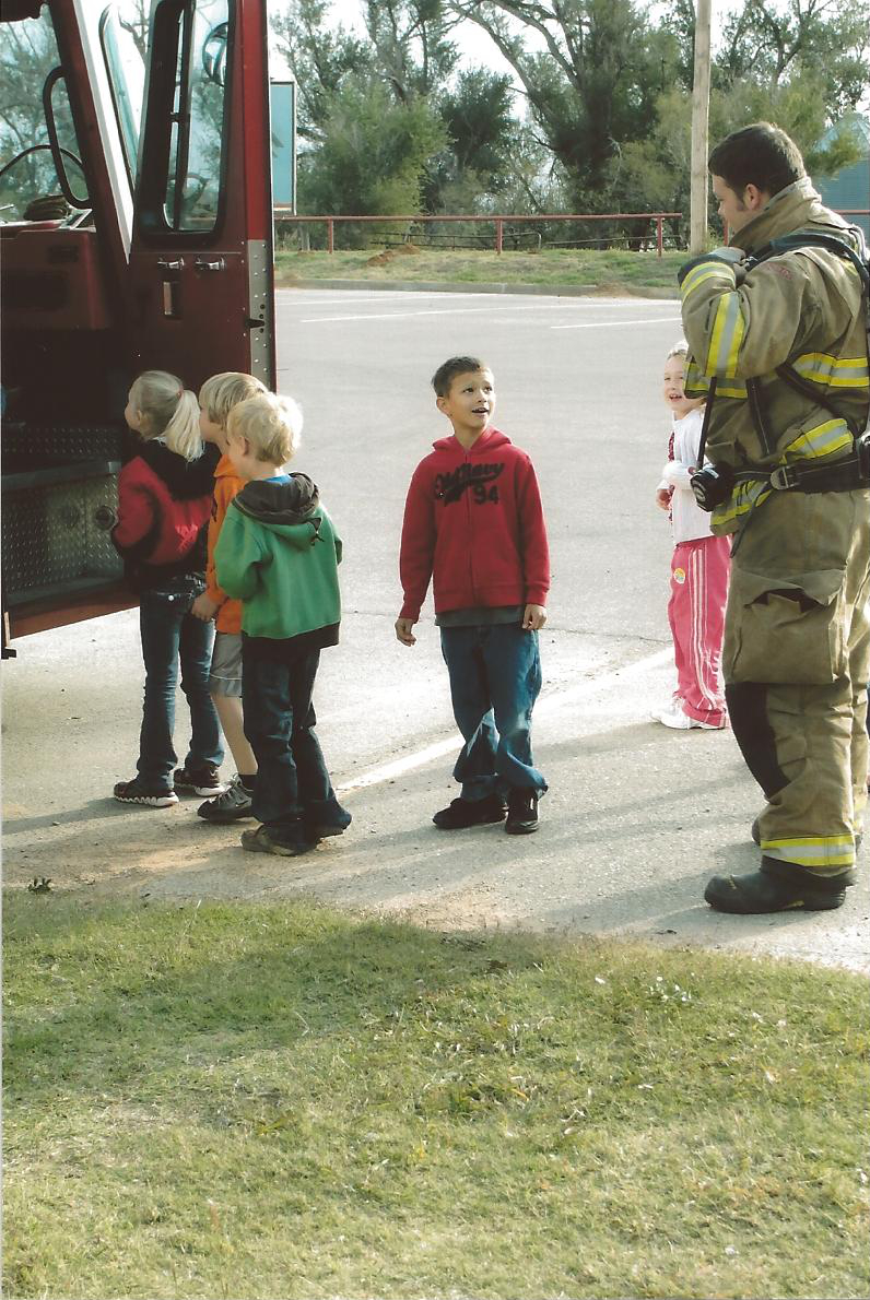 pic4-Elementary-students-fire-truck-firefighter